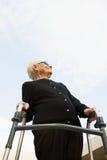 Mujeres mayores que se colocan con un marco que camina Imagenes de archivo
