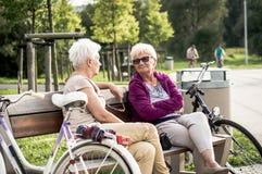 Mujeres mayores que se sientan en banco Imagen de archivo libre de regalías