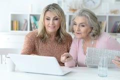 Mujeres mayores que usan el ordenador portátil Foto de archivo