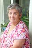 Mujeres mayores sonrientes en vestido colorido en casa Fotos de archivo