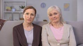 Mujeres mayores trastornadas que miran en la cámara, inseguridad social, reforma de la pensión almacen de video