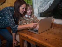 Mujeres mayores y maduras que usan un ordenador portátil Imagen de archivo