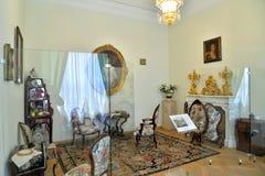Mujeres medias: el interior del gabinete en el PA grande de Gatchina fotos de archivo