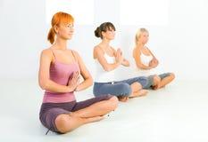 Mujeres meditating Fotos de archivo libres de regalías