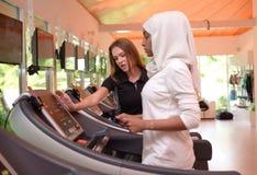 Mujeres musulmanes árabes jovenes de Emirati que se resuelven en un gimnasio Fotografía de archivo