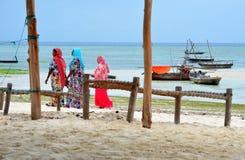 Mujeres musulmanes en alineadas coloridas hermosas Fotos de archivo libres de regalías