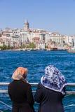 Mujeres musulmanes en el Bosphorus Foto de archivo libre de regalías
