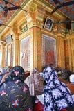 Mujeres musulmanes en una capilla de Nizamuddin Imagenes de archivo