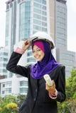 Mujeres musulmanes jovenes de un arquitecto Imágenes de archivo libres de regalías