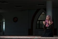 Mujeres musulmanes jovenes que ruegan en mezquita Imágenes de archivo libres de regalías