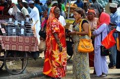 Mujeres musulmanes que hacen compras en mercado ocupado imagen de archivo