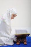 Mujeres musulmanes que leen Koran Imagen de archivo libre de regalías