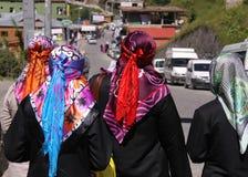 Mujeres musulmanes que llevan las bufandas principales coloridas Fotografía de archivo libre de regalías