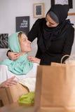 Mujeres musulmanes y caucásicas Fotos de archivo libres de regalías