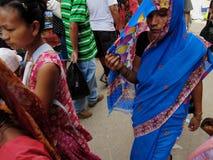 Mujeres nepalesas que llevan las saris Foto de archivo