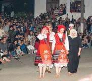 Mujeres-neustinarki antes de bailar en los carbones, el pueblo de búlgaros en Bulgaria Fotografía de archivo