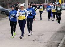 Mujeres no identificadas en los 20.000 contadores de la caminata de la raza Foto de archivo