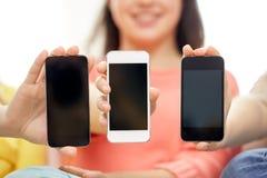 Mujeres o adolescentes felices con smartphones Imagen de archivo libre de regalías
