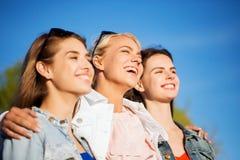 Mujeres o adolescentes felices que abrazan al aire libre Imágenes de archivo libres de regalías