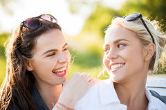 Mujeres o adolescentes felices que ríen al aire libre Fotos de archivo libres de regalías