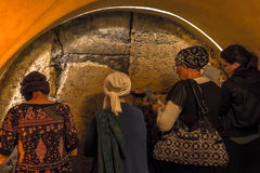 Mujeres occidentales del túnel de la pared que ruegan Foto de archivo libre de regalías