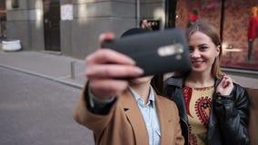 Mujeres positivas jovenes que hacen el selfie con smartphone almacen de video