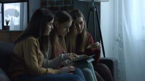 Mujeres positivas que usan la tableta digital para hacer compras en línea almacen de video