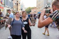 Mujeres preciosas que presentan delante de la cámara que camina alrededor de la ciudad imagenes de archivo