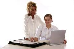 Mujeres profesionales con la computadora portátil Foto de archivo libre de regalías