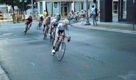 Mujeres profesionales que montan en bicicleta la competición de los corredores Fotos de archivo libres de regalías