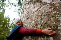 Mujeres que abrazan el árbol Fotos de archivo