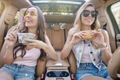 Mujeres que almuerzan en el coche foto de archivo libre de regalías