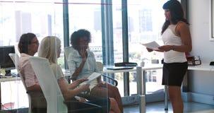 Mujeres que assisten a la reunión de negocios en oficina abierta moderna del plan almacen de video