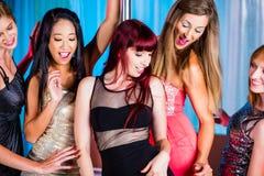 Mujeres que bailan en discoteca o club Imagenes de archivo