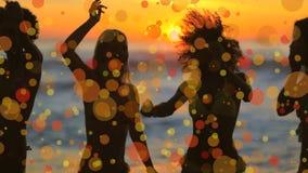 Mujeres que bailan en la playa contra efecto del bokey