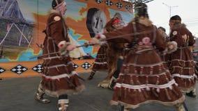 Mujeres que bailan en los habitantes indígenas Kamchatka de la ropa nacional metrajes