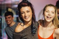 Mujeres que bailan en un club nocturno Foto de archivo libre de regalías
