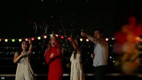 Mujeres que bailan y que tiran de tostador de palomitas de maíz del partido almacen de metraje de vídeo