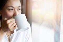 Mujeres que beben el café caliente en el café imagenes de archivo