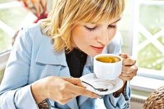 Mujeres que beben el café en la sonrisa del café Foto de archivo