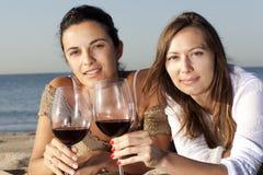 Mujeres que beben el vino rojo Foto de archivo