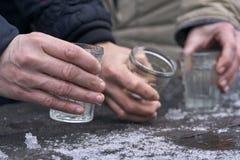 Mujeres que beben un alcohol al aire libre foto de archivo libre de regalías