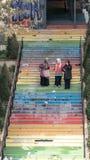 3 mujeres que caminan abajo de las escaleras pintadas en colores del arco iris en Estambul, Turquía Fotografía de archivo