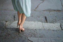 Mujeres que caminan abajo en las escaleras Imagen de archivo