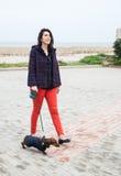 Mujeres que caminan alrededor de ciudad con el perro basset Imágenes de archivo libres de regalías