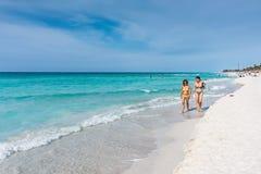 Mujeres que caminan en la playa de Varadero Fotos de archivo libres de regalías