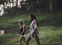 Mujeres que caminan por la naturaleza con los amigos foto de archivo