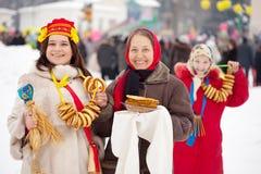 Mujeres que celebran el festival de Maslenitsa fotografía de archivo