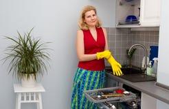 Mujeres que cocinan la comida en la cocina Foto de archivo