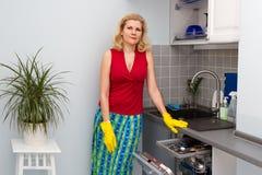 Mujeres que cocinan la comida en la cocina Imagen de archivo
